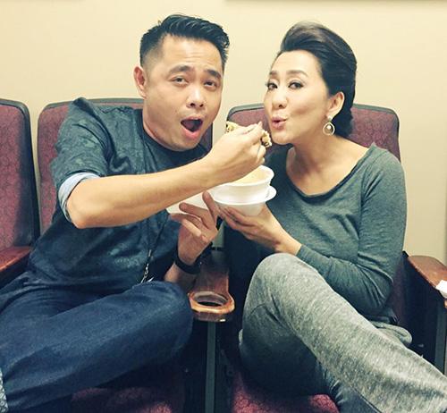 'Chộp' khoảnh khắc mỹ nhân Việt 'ăn nhanh, uống vội' - 10
