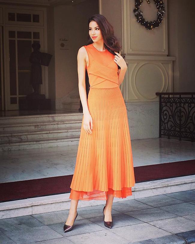 Mới đây, hoa hậu Phạm Hương đã đăng tải bức ảnh thời trang mà cô và ê kip vừa thực hiện. Chiếc váy da cam mà Phạm Hương mặc là của thương hiệu Salvatore Ferragamo với mức giá khoảng 60 triệu đồng. & nbsp;