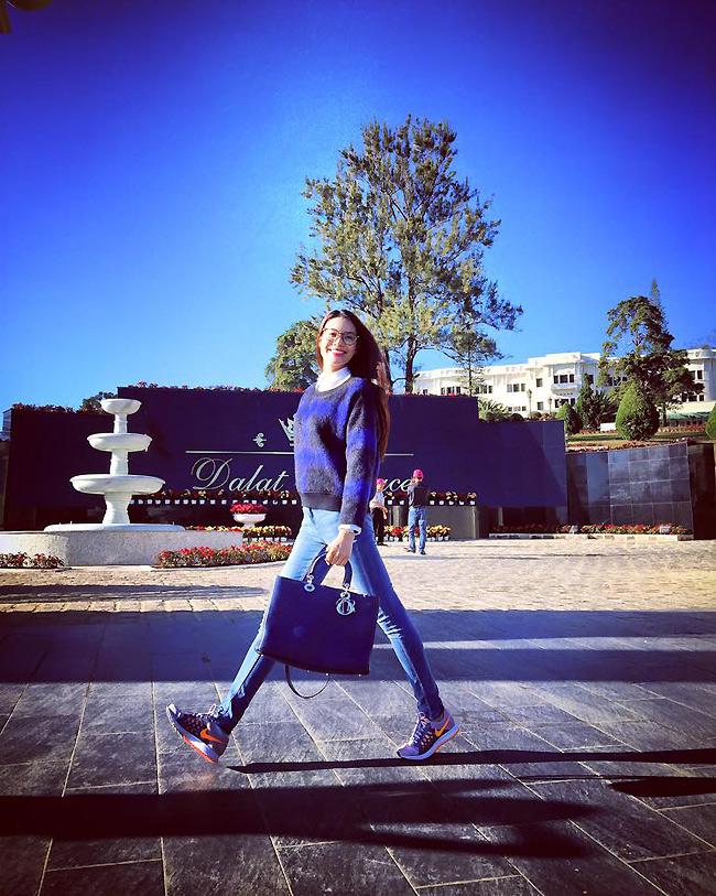 Cách đó vài ngày, người đẹp tiếp tục gây chú ý với chiếc túi to bản mang tên Diorissimo của Dior với mức giá lên tới 112 triệu đồng. & nbsp;