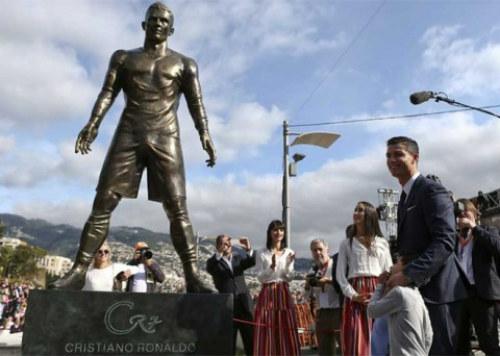 Hậu Quả bóng Vàng, tượng Ronaldo bị bôi tên Messi - 2
