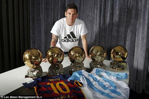 """Lập """"bàn tay nhỏ"""", Messi khoe bóng Vàng & giày bạch kim - 2"""