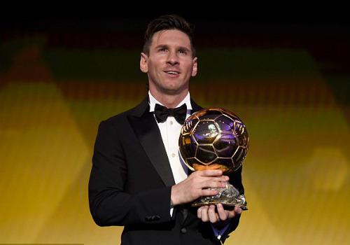 """Lập """"bàn tay nhỏ"""", Messi khoe bóng Vàng & giày bạch kim - 1"""
