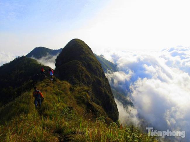 Tà Xùa nằm cách Hà Nội khoảng 230km. Dãy núi này có 3 đỉnh núi chính tạo thành hình sống lưng khủng long kỳ thú.