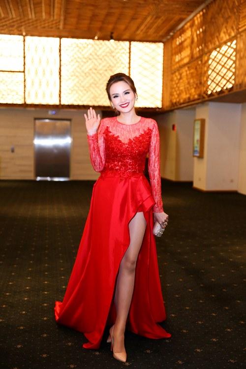 Hoa hậu Diễm Hương nổi bật khoe chân dài mướt mắt - 1