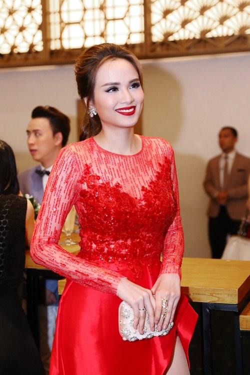 Hoa hậu Diễm Hương nổi bật khoe chân dài mướt mắt - 2