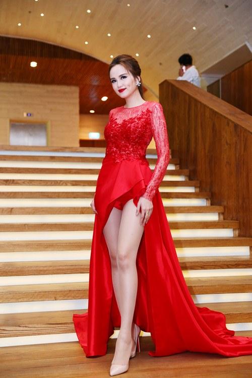 Hoa hậu Diễm Hương nổi bật khoe chân dài mướt mắt - 3