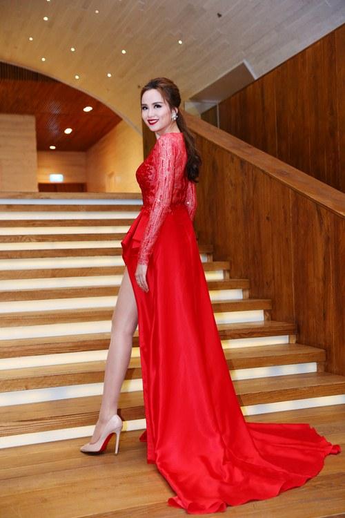 Hoa hậu Diễm Hương nổi bật khoe chân dài mướt mắt - 4