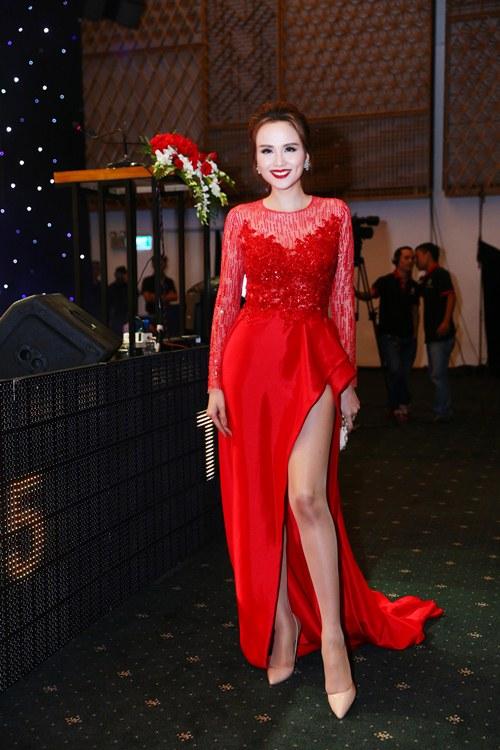 Hoa hậu Diễm Hương nổi bật khoe chân dài mướt mắt - 5