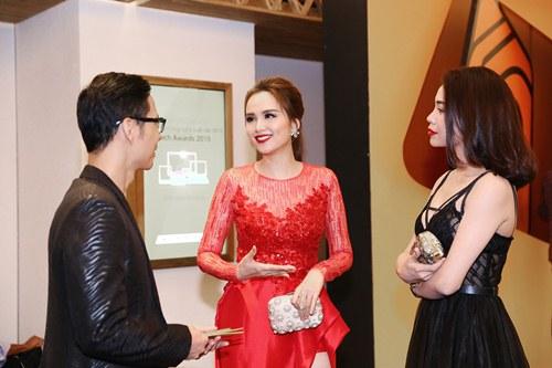 Hoa hậu Diễm Hương nổi bật khoe chân dài mướt mắt - 8
