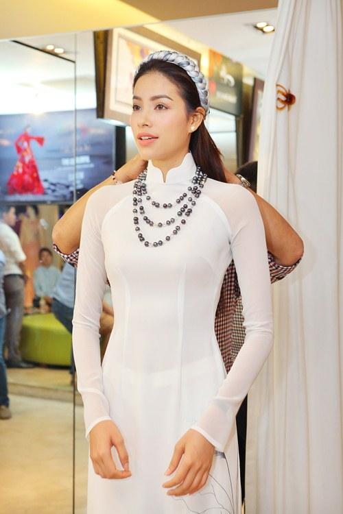 Phạm Hương rực rỡ với áo dài cách điệu độc đáo - 5