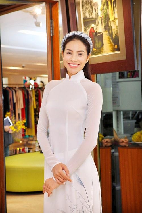 Phạm Hương rực rỡ với áo dài cách điệu độc đáo - 7