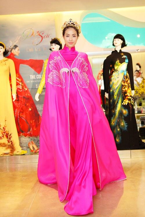 Phạm Hương rực rỡ với áo dài cách điệu độc đáo - 11