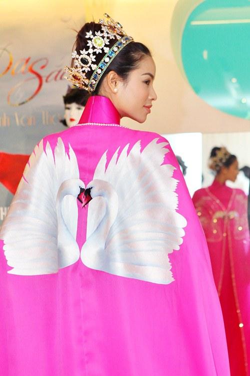 Phạm Hương rực rỡ với áo dài cách điệu độc đáo - 13