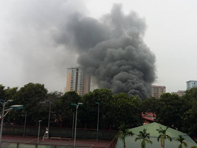 HN: Phát hiện xác ô tô sau vụ cháy gara ở chợ Xanh - 1