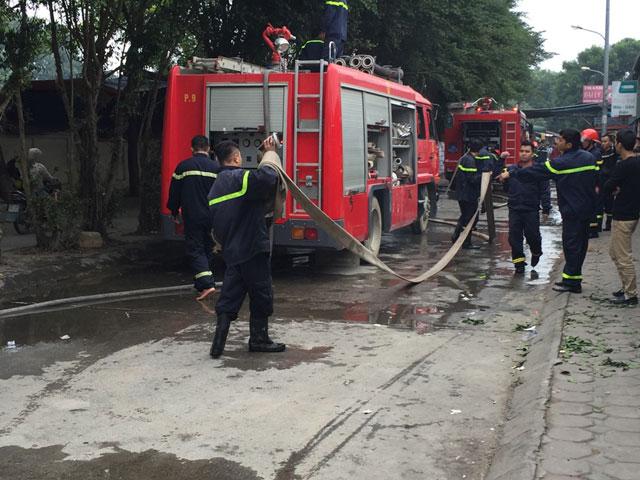 HN: Phát hiện xác ô tô sau vụ cháy gara ở chợ Xanh - 2