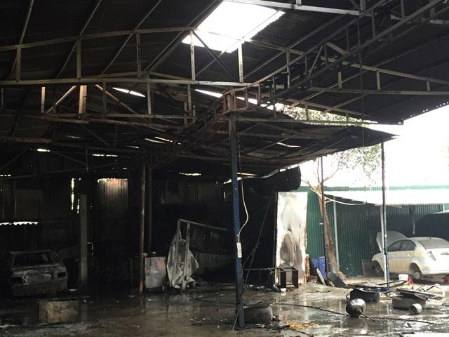 HN: Phát hiện xác ô tô sau vụ cháy gara ở chợ Xanh - 6