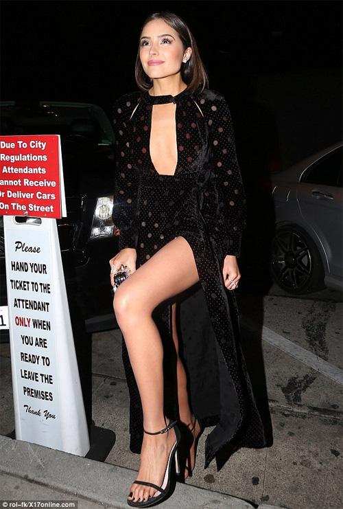 Hoa hậu Hoàn vũ 2012 bối rối vì 'tai nạn váy xẻ' - 4