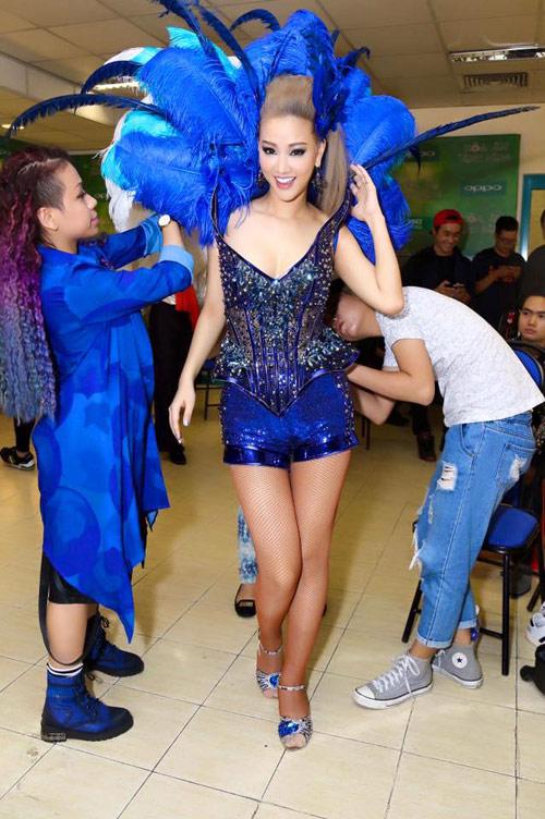 Sự cố váy áo lộ da thịt của sao Việt trong 'The Remix' - 1