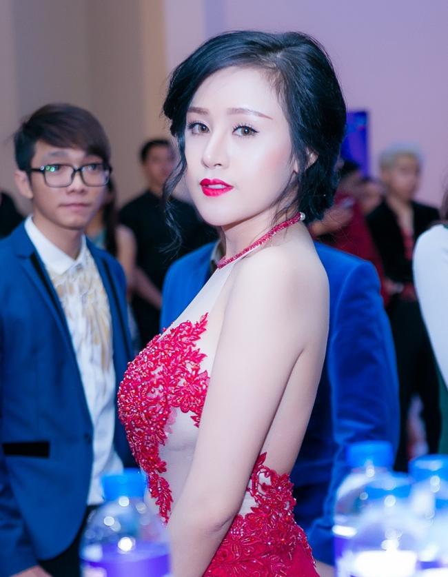 """Trong lần xuất hiện mới đây nhất, hot girl Huyền Anh với biệt danh  """" Bà Tưng """"  đã khiến công chúng bất ngờ khi diện trang phục sexy nhưng không hề phản cảm"""