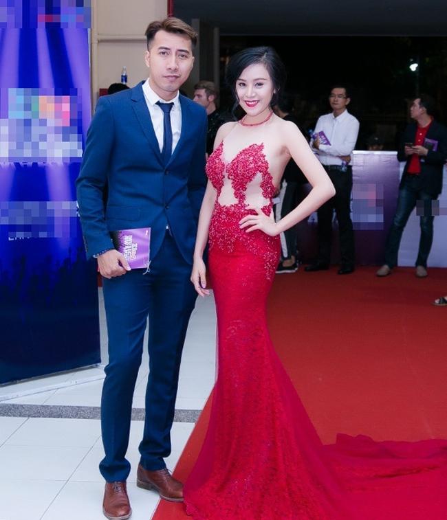 Chiếc váy đỏ rực rỡ khiến Huyền Anh nổi bật trong sự kiện.