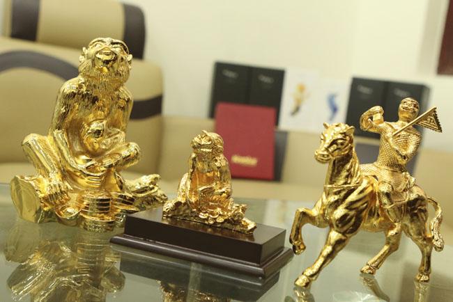 Tượng khỉ mạ vàng ròng tiền triệu hút khách dịp Tết - 1