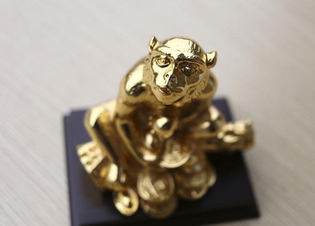Tượng khỉ mạ vàng ròng tiền triệu hút khách dịp Tết - 6