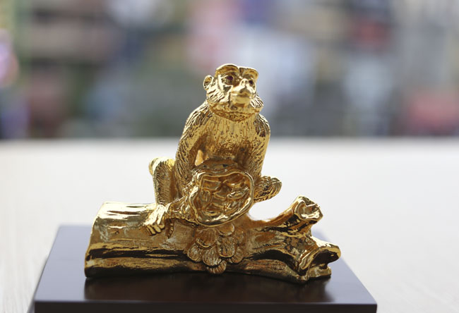 Tượng khỉ mạ vàng ròng tiền triệu hút khách dịp Tết - 8