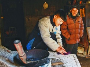Giới trẻ - Khâm phục cậu bé nuôi ông nội, làm trả nợ cho cha quá cố