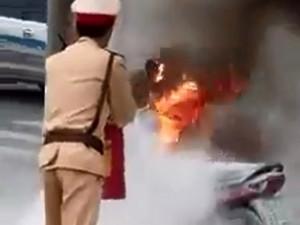 Tin tức trong ngày - Bị CSGT dừng xe, người đàn ông bất ngờ bật lửa đốt xe