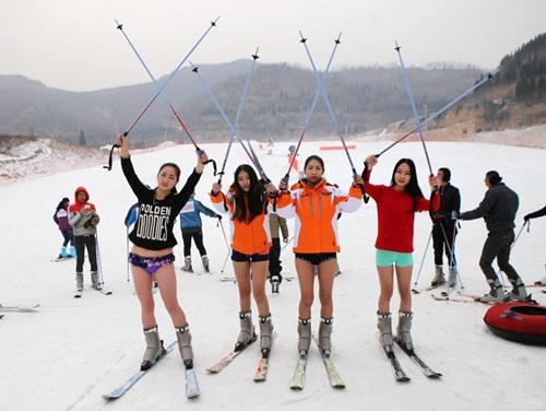 Bất chấp lạnh -5 độ, gái trẻ 'không mặc quần' trượt tuyết - 1