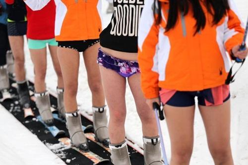 Bất chấp lạnh -5 độ, gái trẻ 'không mặc quần' trượt tuyết - 2