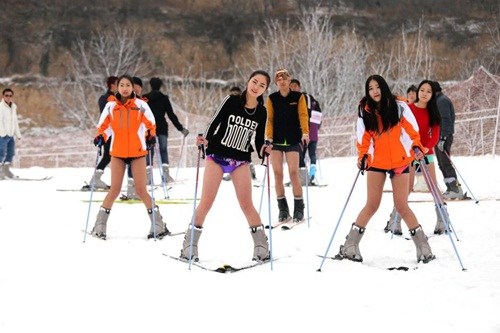 Bất chấp lạnh -5 độ, gái trẻ 'không mặc quần' trượt tuyết - 3