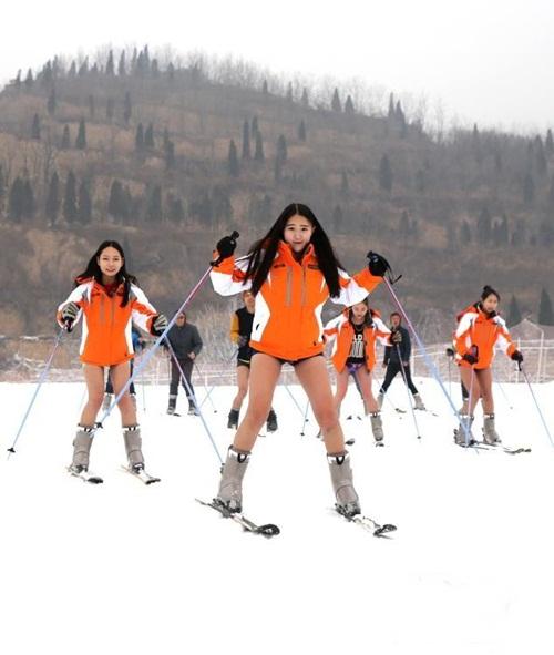 Bất chấp lạnh -5 độ, gái trẻ 'không mặc quần' trượt tuyết - 4