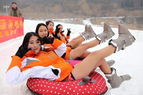 Bất chấp lạnh -5 độ, gái trẻ 'không mặc quần' trượt tuyết - 5