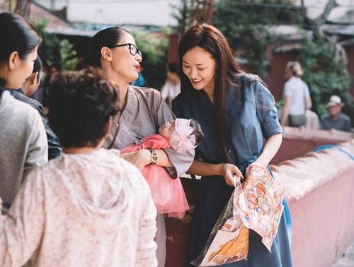 Maya đi chùa cầu an cùng mẹ con Trang Trần - 1