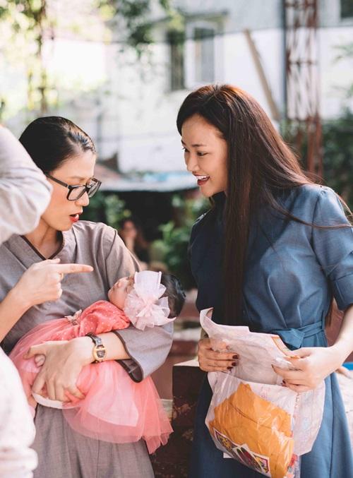 Maya đi chùa cầu an cùng mẹ con Trang Trần - 2