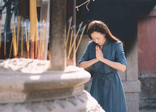 Maya đi chùa cầu an cùng mẹ con Trang Trần - 6
