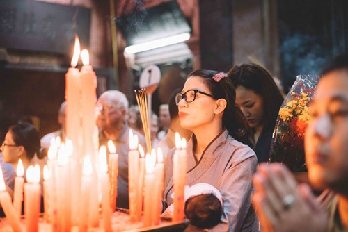 Maya đi chùa cầu an cùng mẹ con Trang Trần - 9