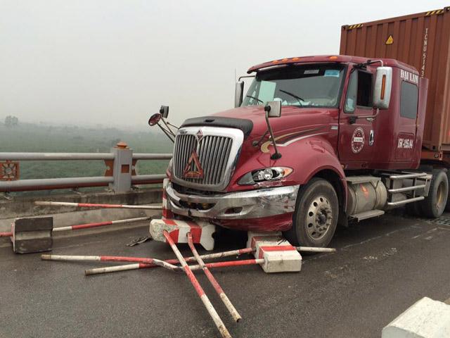 """HN: Xe container """"làm xiếc"""" trên cầu, 3 người bị thương - 1"""