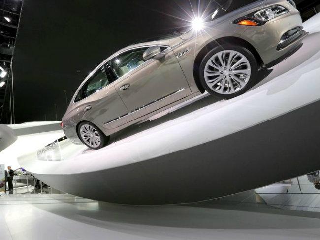 Mẫu xế mới Buick Lacrosse bóng loáng trên kệ nghiêng mô phỏng tư thế leo dốc đầy ấn tượng.
