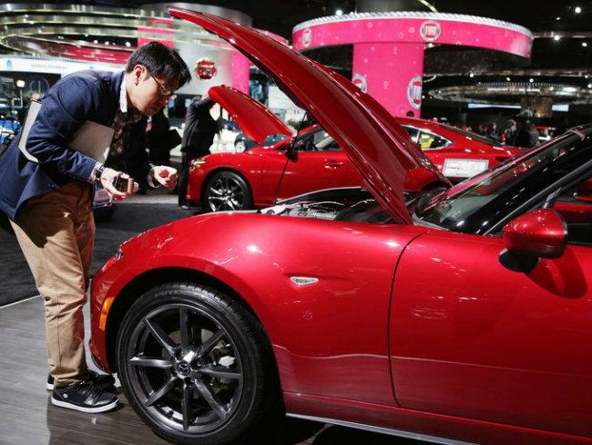 2016 Mazda MX5 Miat bật nắp khoe hệ thống động cơ ngay tại triển lãm.