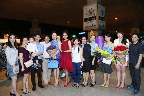 Trương Thị May giản dị ra sân bay đón Á hậu Phương Lê - 3