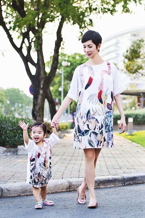 8 cặp mẹ con sao Việt sở hữu gu thời trang cực 'chất' - 11