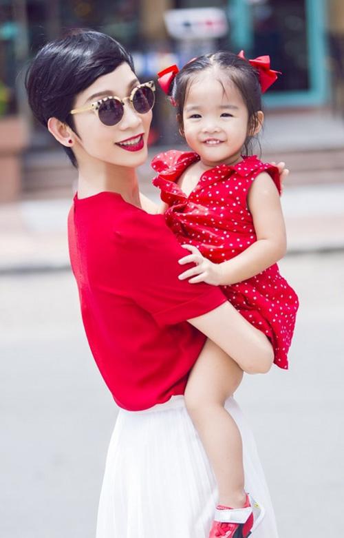 8 cặp mẹ con sao Việt sở hữu gu thời trang cực 'chất' - 12