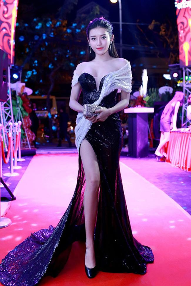 Trong những sự kiện đầu năm vừa diễn ra, có thể thấy, các người đẹp showbiz Việt đặc biệt ưa chuộng hai kiểu mốt là váy xẻ tà và trang phục xuyên thấu. Á hậu Huyền My là một trong số đó. Cô góp mặt tại thảm đỏ một sự kiện mới đây với chiếc váy đen, trắng xẻ cao, khoe cặp chân thon, dài.