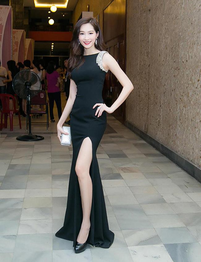 Hoa hậu Thu Thảo cũng chọn cho mình chiếc váy xẻ tà tông đen, khoe làn da trắng mịn.