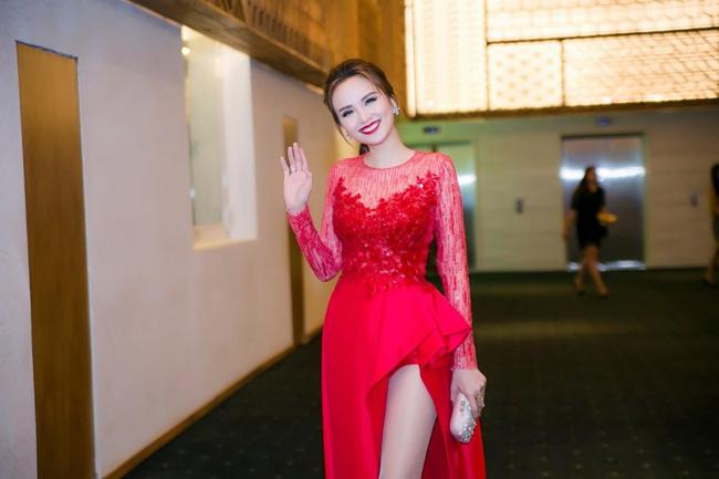 Hoa hậu Diễm Hương lựa chọn chiếc váy với phần đáp voan gợi cảm và phần xẻ tà rất cao.