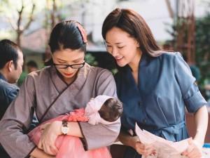 Đời sống Showbiz - Maya đi chùa cầu an cùng mẹ con Trang Trần