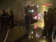 Bản tin 113 - Clip: 20 xe cứu hỏa vật lộn cứu xưởng vải cháy rụi