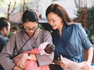 Maya đi chùa cầu an cùng mẹ con Trang Trần